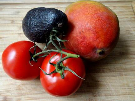 Frische leckere Zutaten: Mango, Avocado und Tomate.