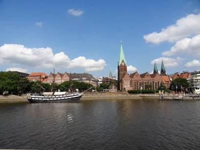 Die Weser und im Hintergrund die Bremer Innenstadt.