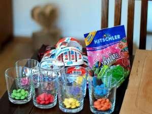 Süßigkeiten: Smarties, Kinder-Schokolade und Gummi-Schnüre