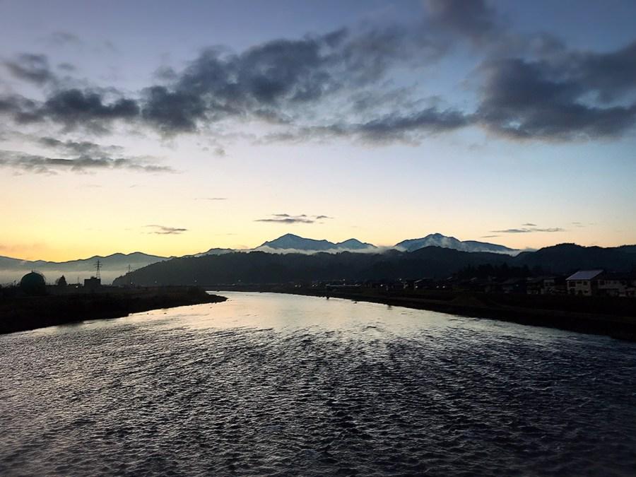 早朝の魚野川