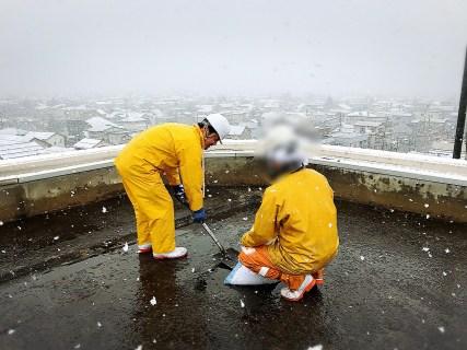 長岡市内にある高等学校屋上の清掃を実施!生徒の安全を守る三友組!
