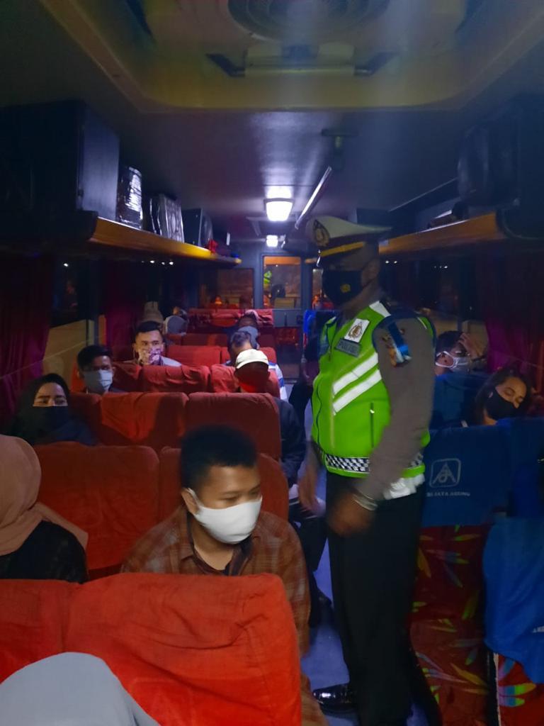 Gambar Ditlantas Polda Banten Tekan Penyebaran Covid-19 di Terminal Pakupatan 7
