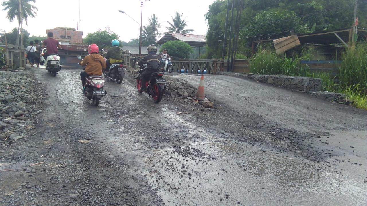 Gambar Baru Diperbaiki, Jalan Jembatan Cisoka Rusak Lagi Kualitas Aspal DPUPR Banten Dipertanyakan 11