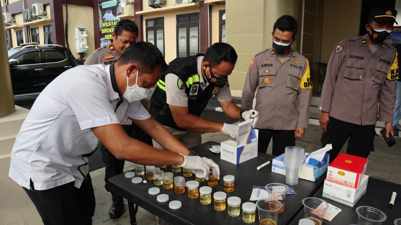 Gambar Antisipasi Penyalahgunaan Narkoba, Polres Serang Gelar Tes Urine Mendadak 13
