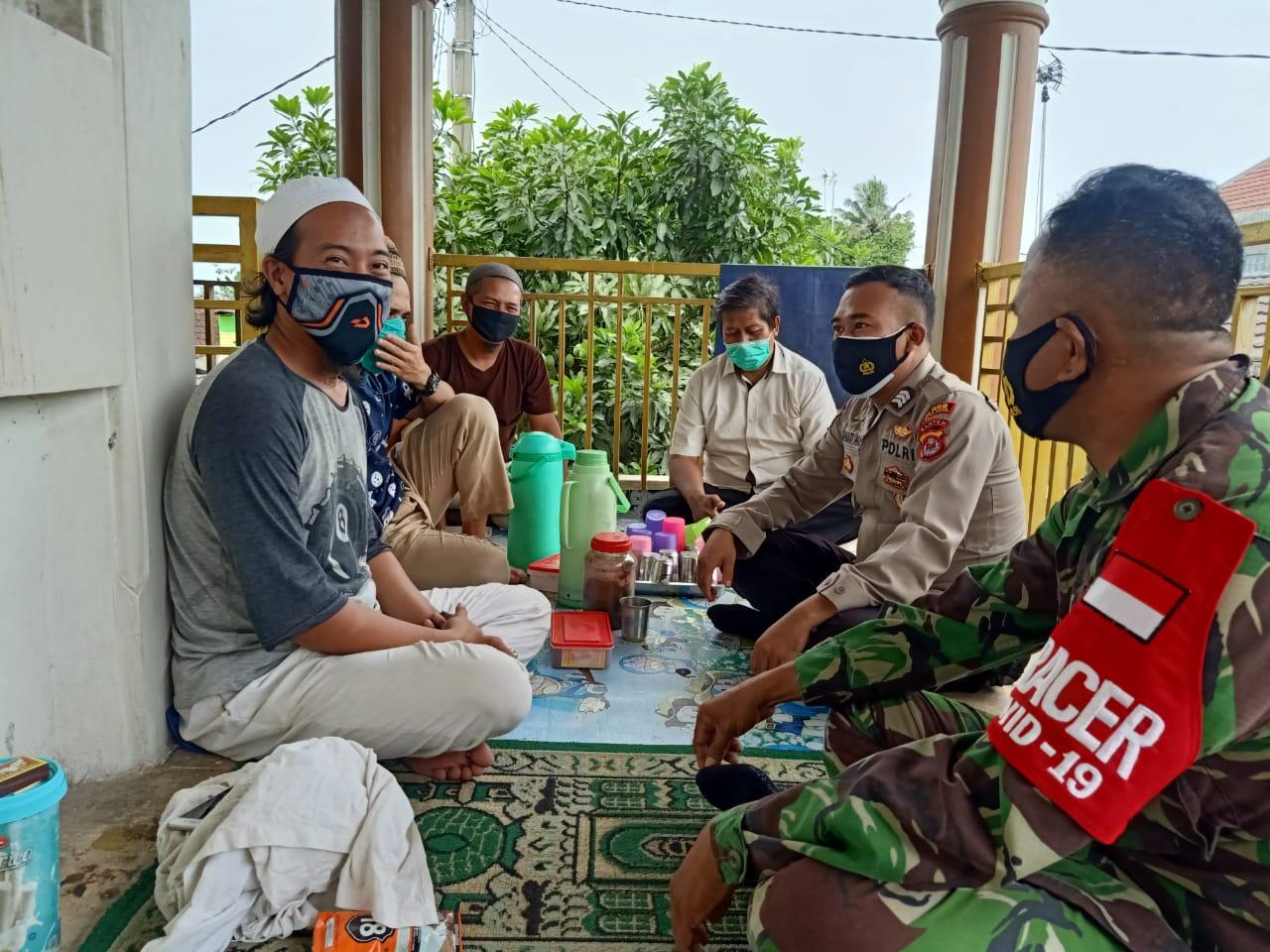 Gambar Polsek Cipocok Jaya Bagikan Ratusan Masker Dan Penyemprotan Disinfektan 1