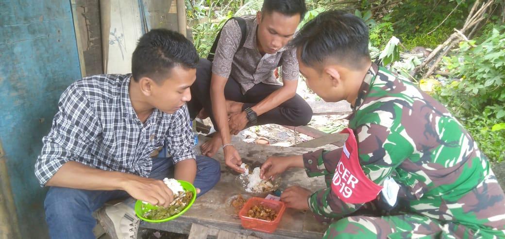 """Gambar Kebersamaan Wartawan dan TNI seperti Sepasang Kekasih, """"Makan Sepiring Berdua"""" 15"""