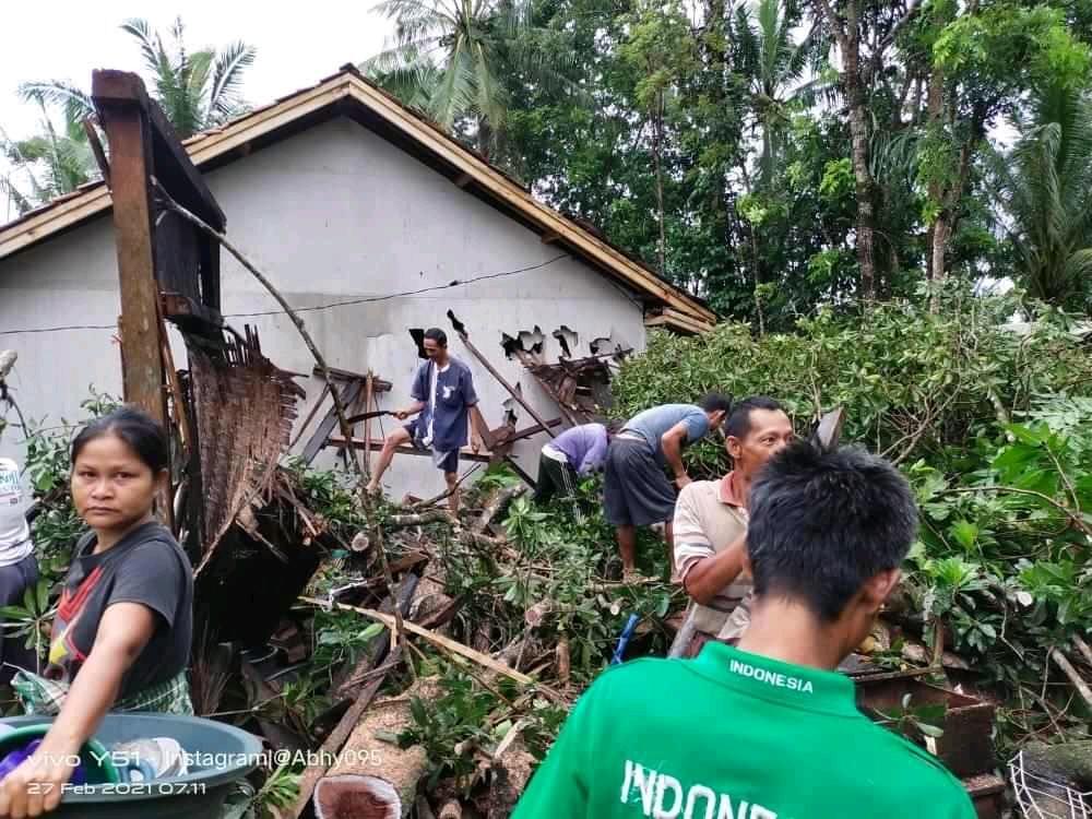 Gambar Akibat Diterjang Angin Puting Beliung, Rumah Warga Cigeulis Roboh Tertimpa Pohon 13