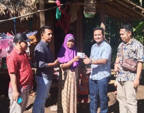 Gambar Direktur CV. Barokah Salurkan CSR Kepada Pemilik RTLH di Cipeucang 13