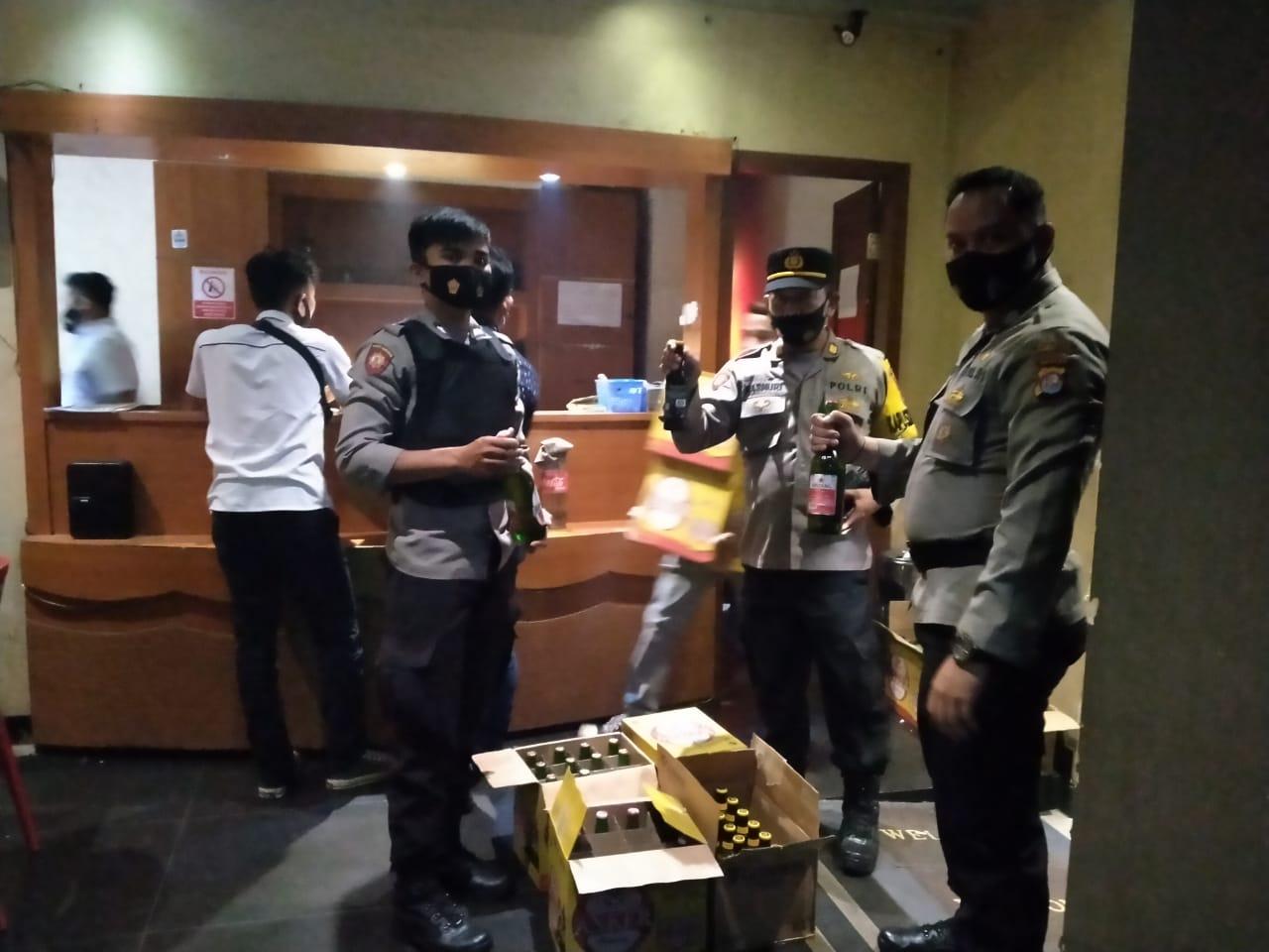 Gambar Polisi Amankan Puluhan Botol Miras Berbagai Merk di THM 1