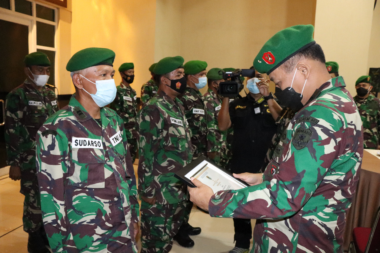 Gambar Dalam Rangka Purnatugas,12 Prajurit Korem 052/WKR Terjun Ke Masyarakat 1