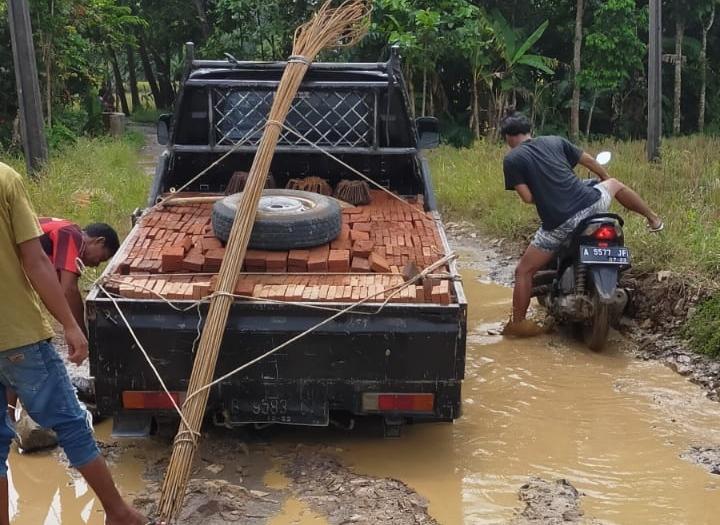 Gambar Gegara Rusak Parah dan Berlubang, Mobil Pick Up Ambles di Tengah Jalan 13