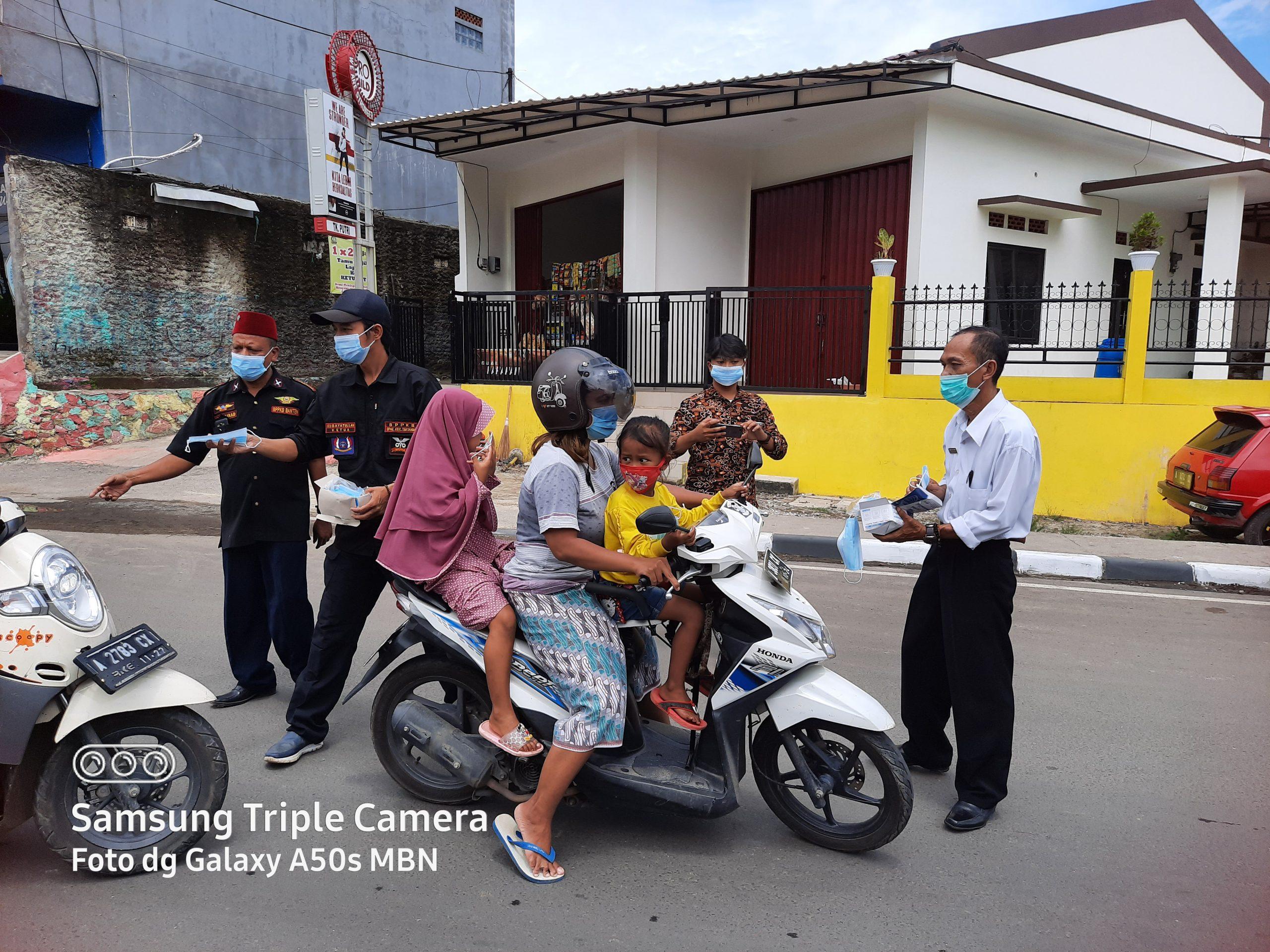 Gambar Ketua DPC BPPKB Kota Serang Turun ke Jalan Bagikan Ratusan Masker 3