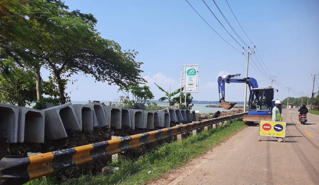 Gambar Proyek Preservasi Jalan Labuan - Citereup Utamakan K3 Bagi Pekerja 1