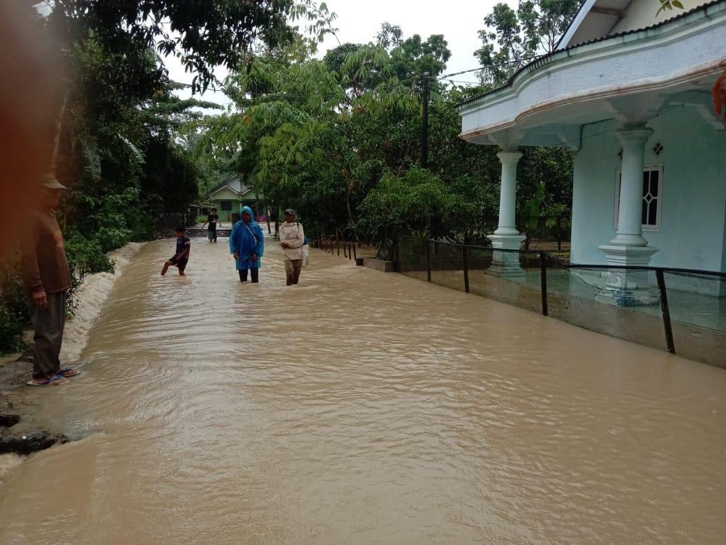 Gambar Jalan di Tiga Desa Kecamatan Sobang Terendam Banjir 1