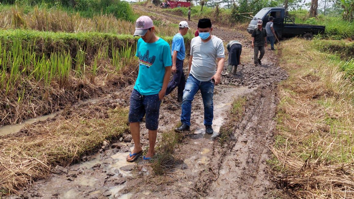 Gambar Camat Curug Gotong Royong Bangun Jalan Bersama Masyarakat di Kelurah Tinggar 17