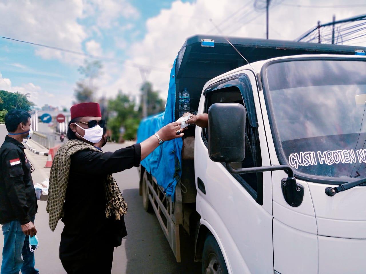 Gambar Ketua DPC BPPKB Kota Serang Turun ke Jalan Bagikan Ratusan Masker 5