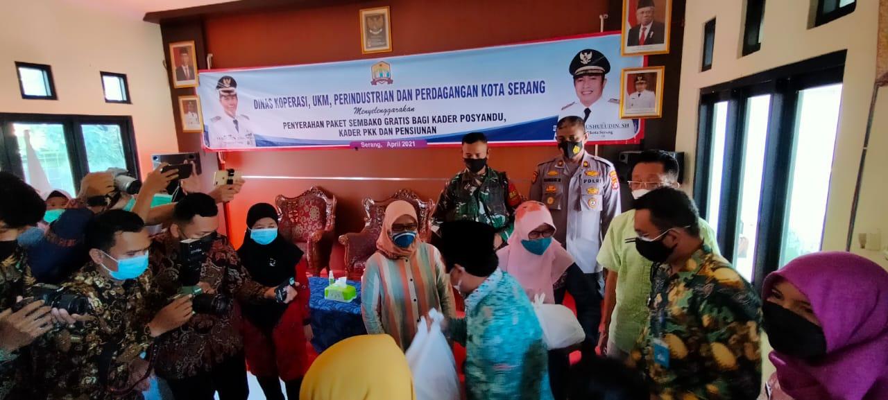 Gambar Polsek Serang Monitoring Penyerahan Paket Sembako 13