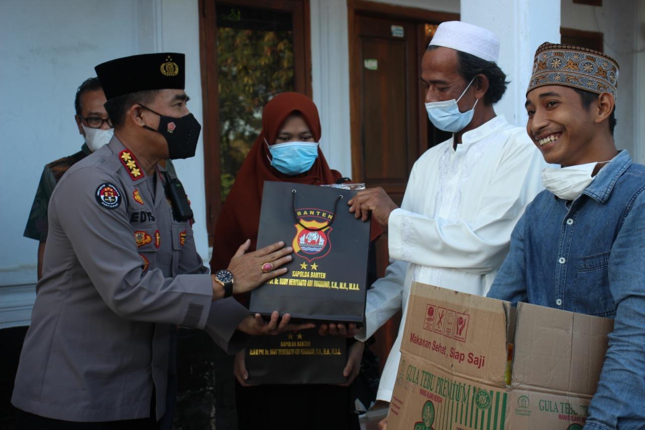 """Gambar """"Ramadhan Berbagi"""" , Tim Jum'at Barokah Bagikan Alat Sholat dan Sembako Ke Ponpes 17"""