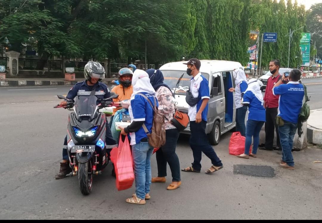 Gambar DPC MOI Kota Cilegon Berbagi Takjil dan Masker di Simpang Cilegon 11