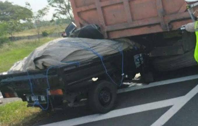 Gambar Carry Tabrak Dump Truk, Dua Penumpang Bersaudara Tewas Ditempat 11