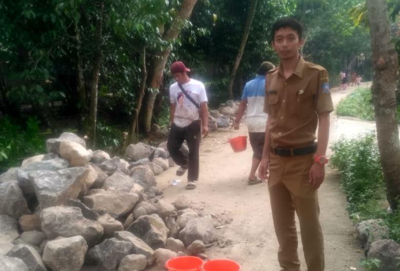 Gambar Guna Memperlancar Saluran Air Dimusim Hujan, Desa Sukabares Bangun Drainese Gunakan Dana Silfa 11