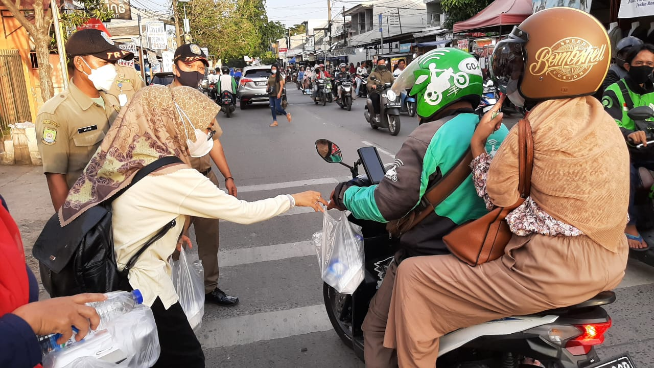 Gambar Bulan Suci Ramadhan 1442 H, PSM Kecamatan Cibodas, Gelar Giat Berbagi Takjil Sekaligus Berikan Himbauan Prokes 5M 15