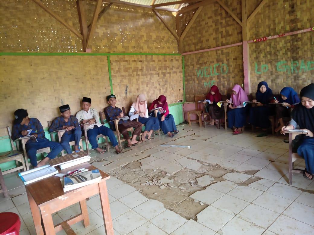 Gambar Memprihatinkan! Puluhan Siswa Madrasah di Kutakarang Belajar di Ruangan Kelas Rusak Parah 17