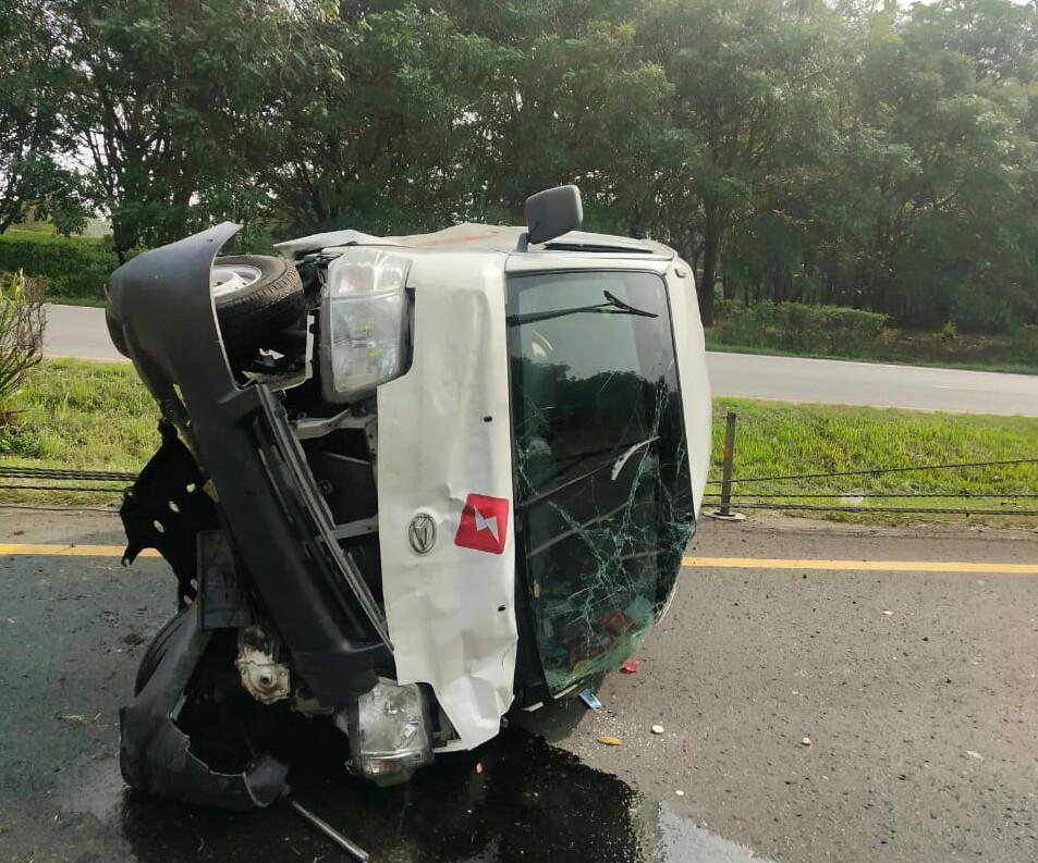 Gambar Akibat Pecah Ban Daihatsu Grand Max Jungkir Balik di Tol Tangerang - Merak 15