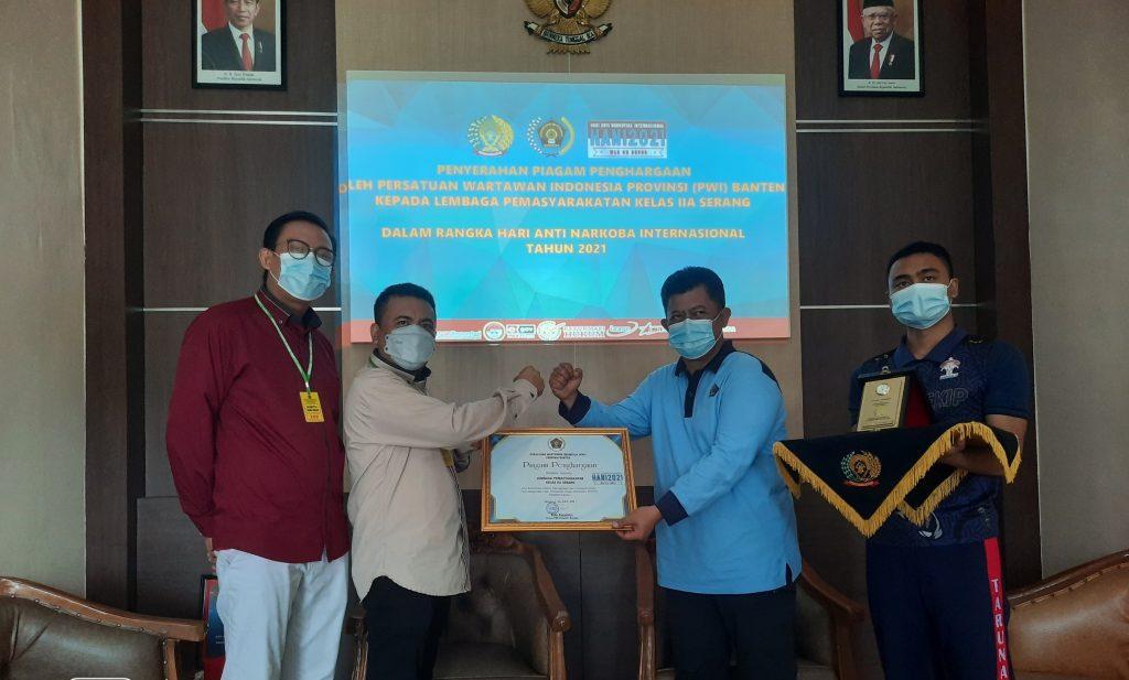 Gambar Peringati HANI 2021, Ketua PWI Banten Berikan Penghargaan Kepada Lapas Serang 1