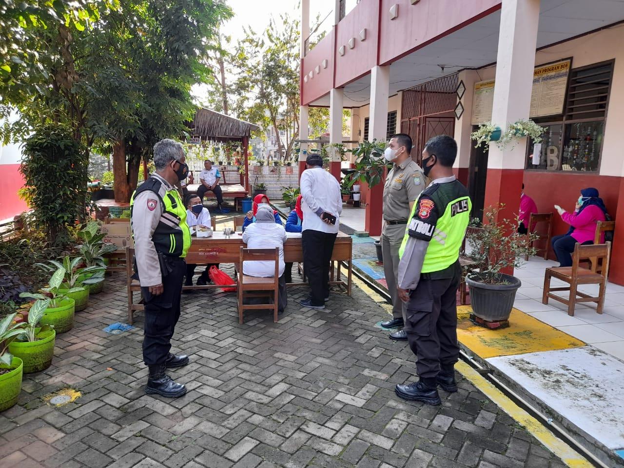 Gambar Wakapolsek Jatiuwung Bersama Camat Cibodas, Tinjau Pelaksanaan Vaksin untuk UMKM dan PKL 13