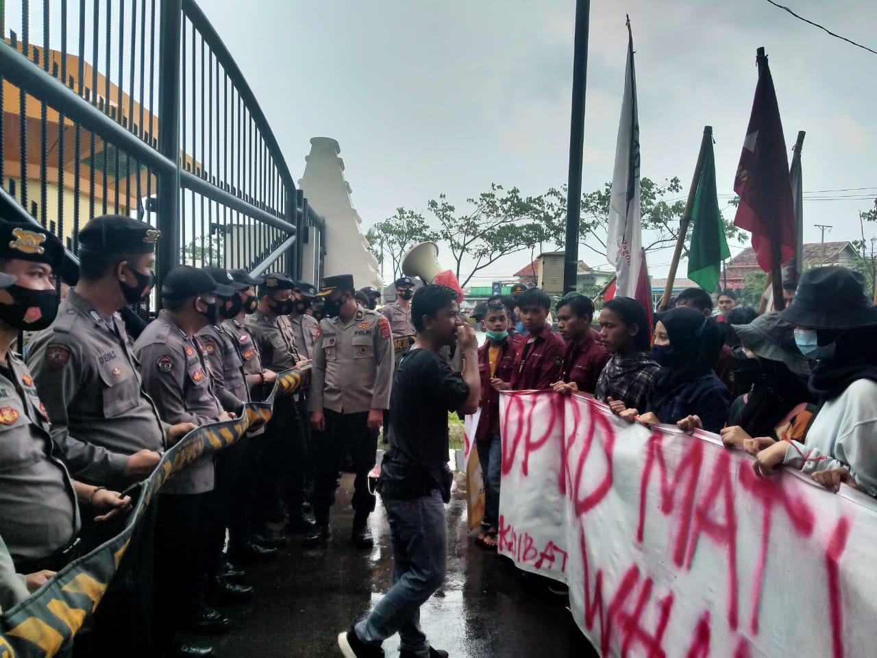 Gambar Ditengah Guyuran Hujan, Polres Serang Kota Kawal Mahasiswa Tuntut Kejati Banten Periksa Sekda dan Banggar 15