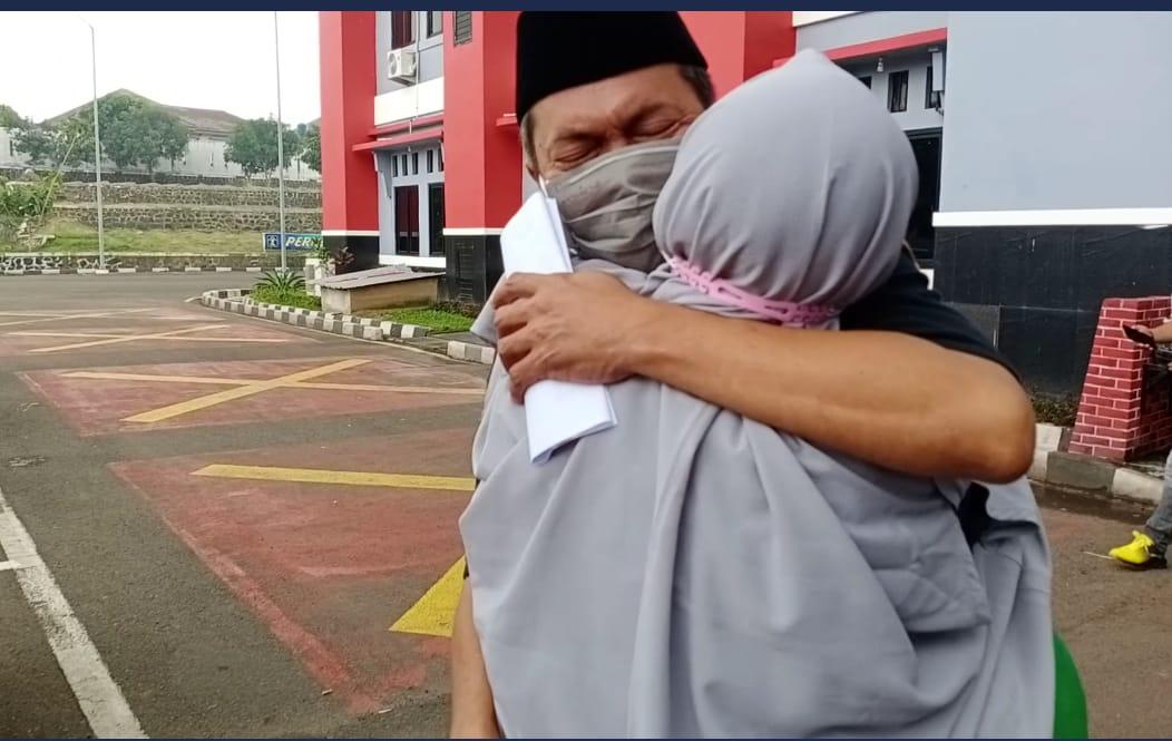 Gambar Alhamdulillah! Akhirnya Terdakwa AL Hirup Udara Segar Kembali, Di Pelukan Istri AL Menangis 17