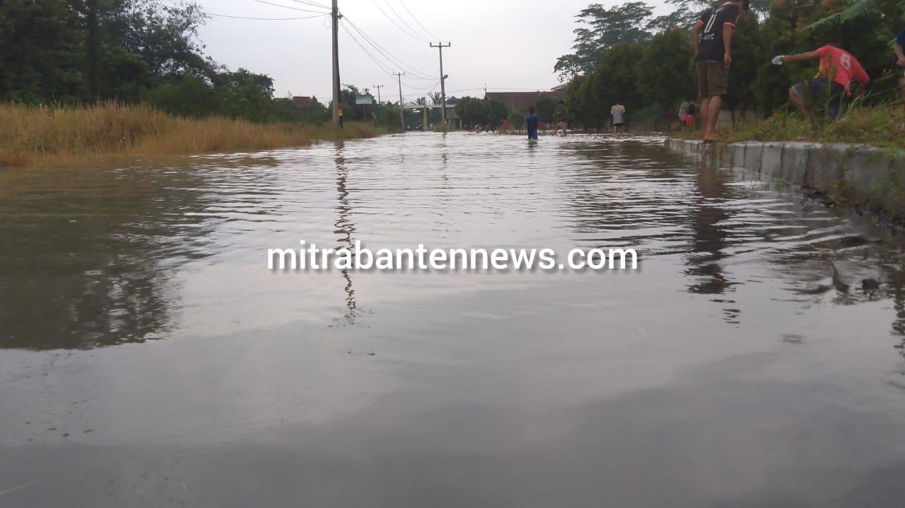 Gambar Jalan Raya Kedaton Grande Curug Banjir dan Terjadi Kemacetan Lalulintas 15
