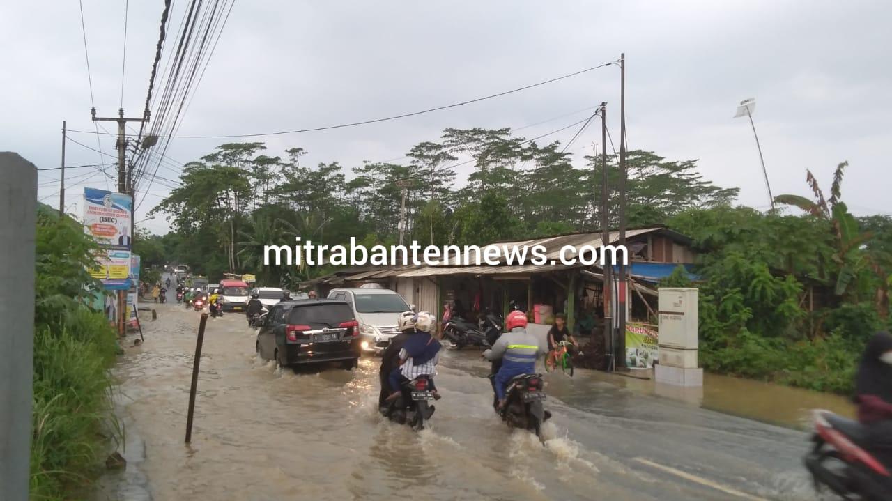 Gambar Jalan Raya Kedaton Grande Curug Banjir dan Terjadi Kemacetan Lalulintas 3