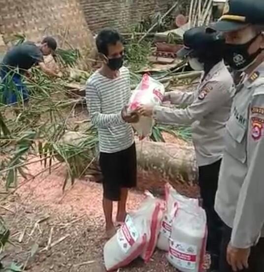 Gambar Polres Serang Serahkan Bantuan Sembako Kepada Korban Rumah Roboh di Kubang Jaya Petir 15