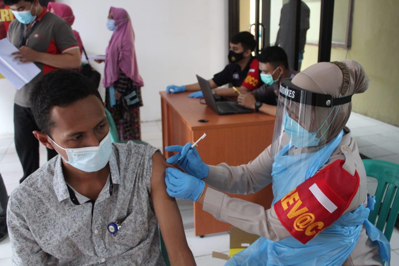 Gambar Dalam Rangka Akselerasi Program, Polres Serang Gelar Vaksinasi Covid-19 di Kragilan 17
