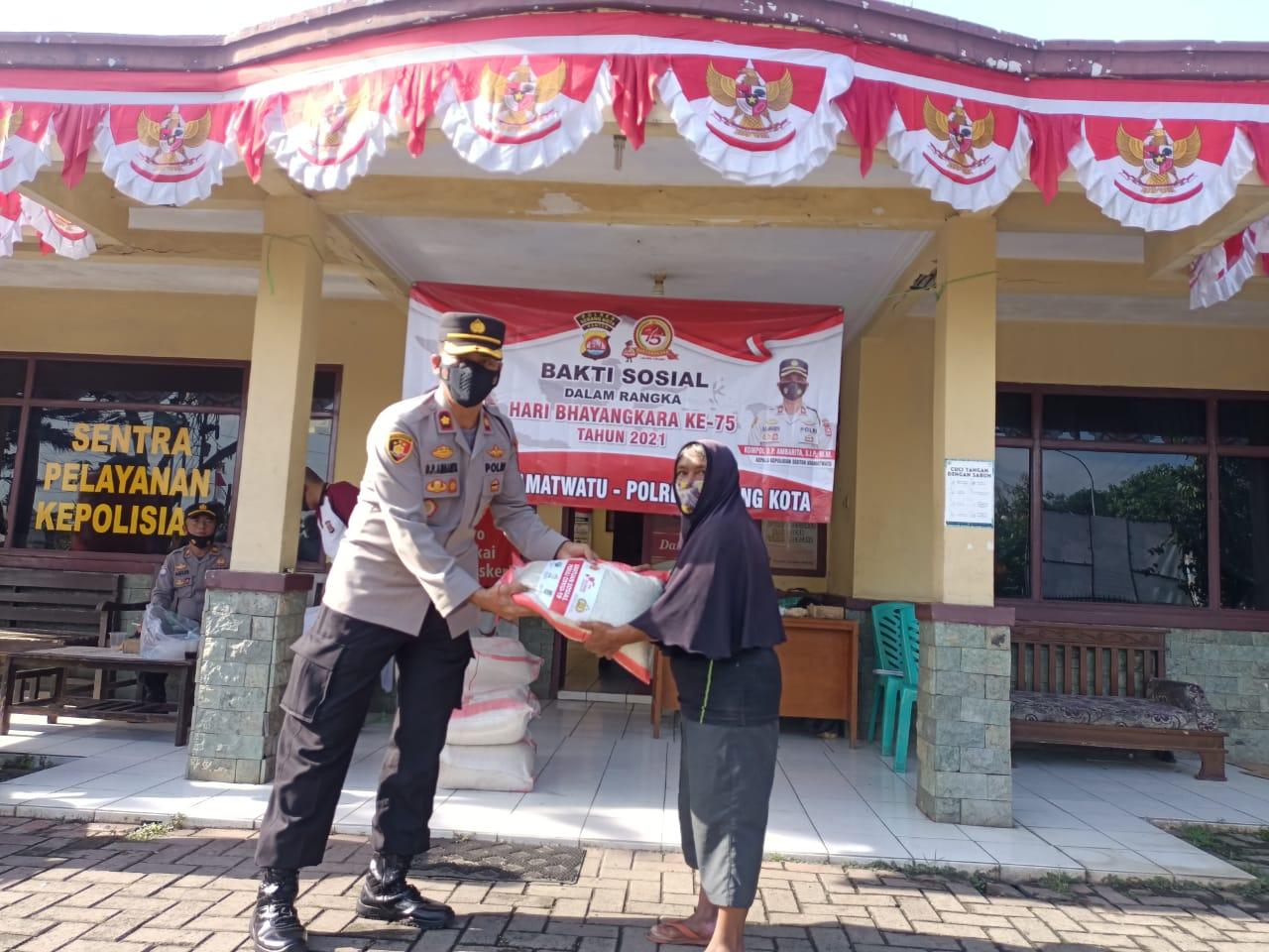 Gambar HUT Bhayangkara Ke-75, Polsek Kramatwatu Berikan 50 Paket Beras 11