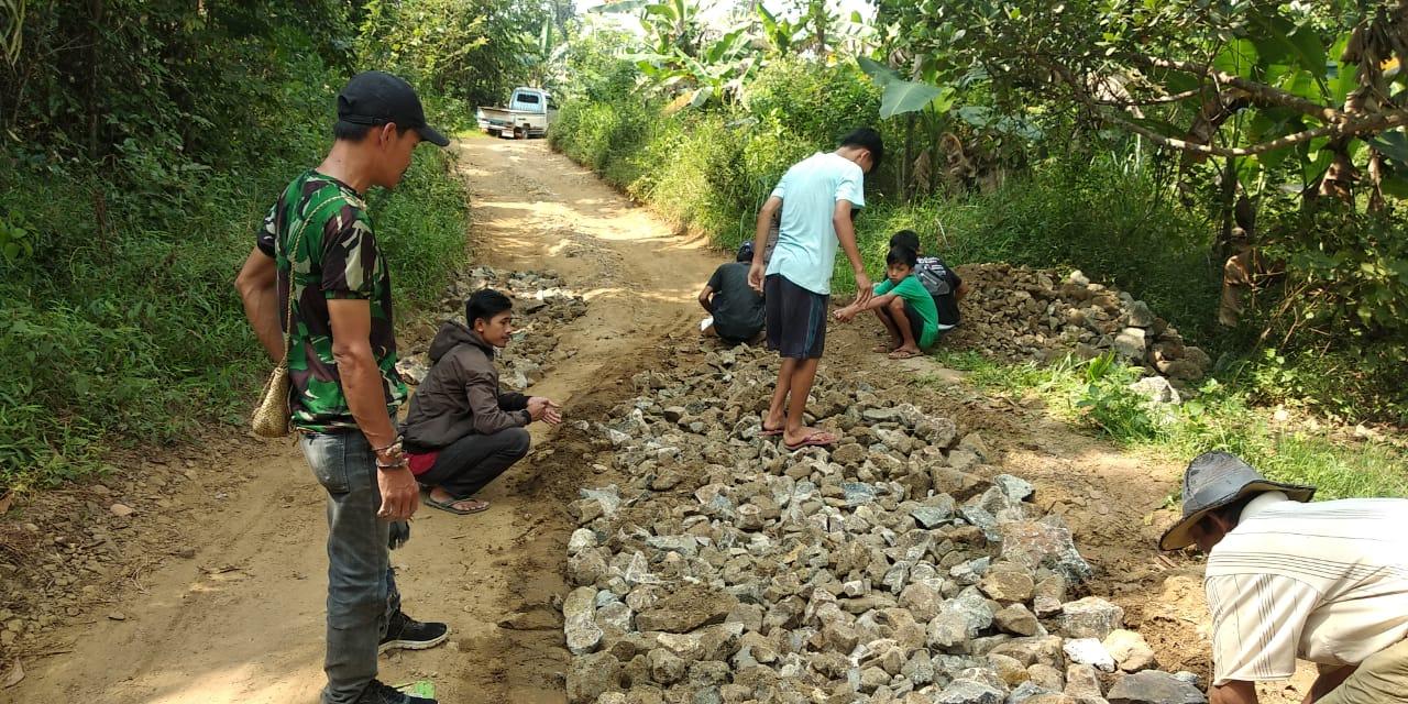 Gambar Kesal Tak Kunjung Dibangun. Akhirnya, Jalan Kabupaten di Cibitung Digarap Warga Secara Swadaya 13