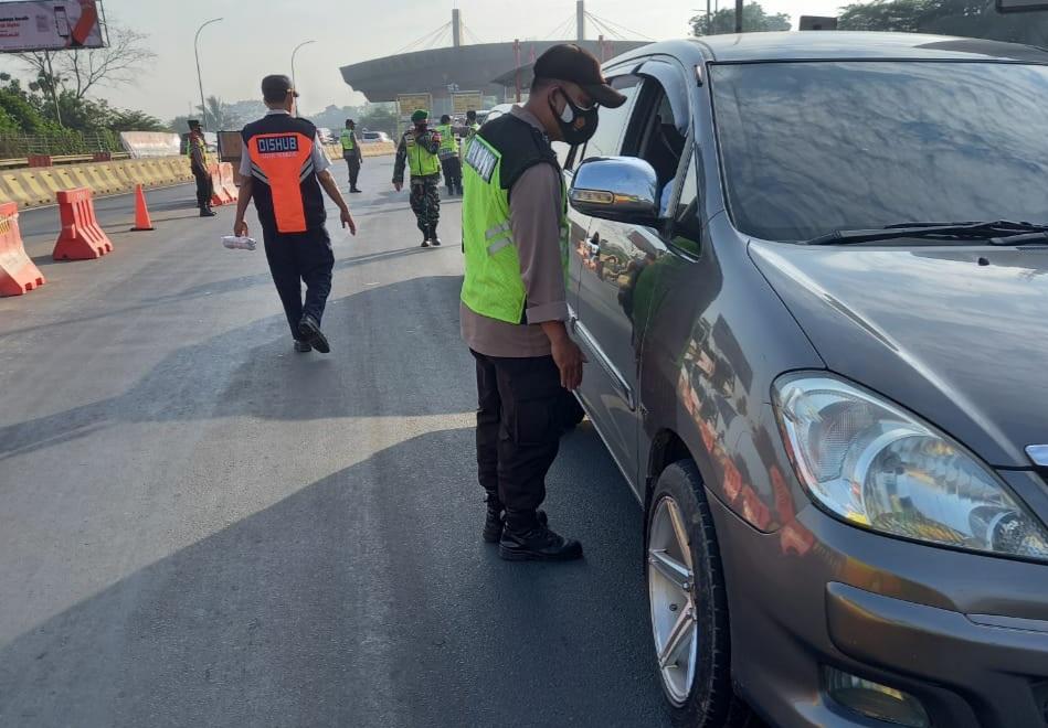 Gambar Hari Ke-7 PPKM Darurat, Polres Serang Kota Putarbalik Ratusan Kendaraan 15