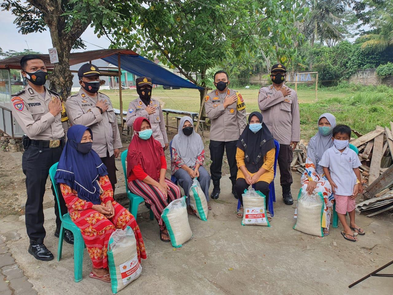 Gambar Personil Polres Serang Bagikan Sembako Serta Beras 10 Kg di Desa Citereup 13