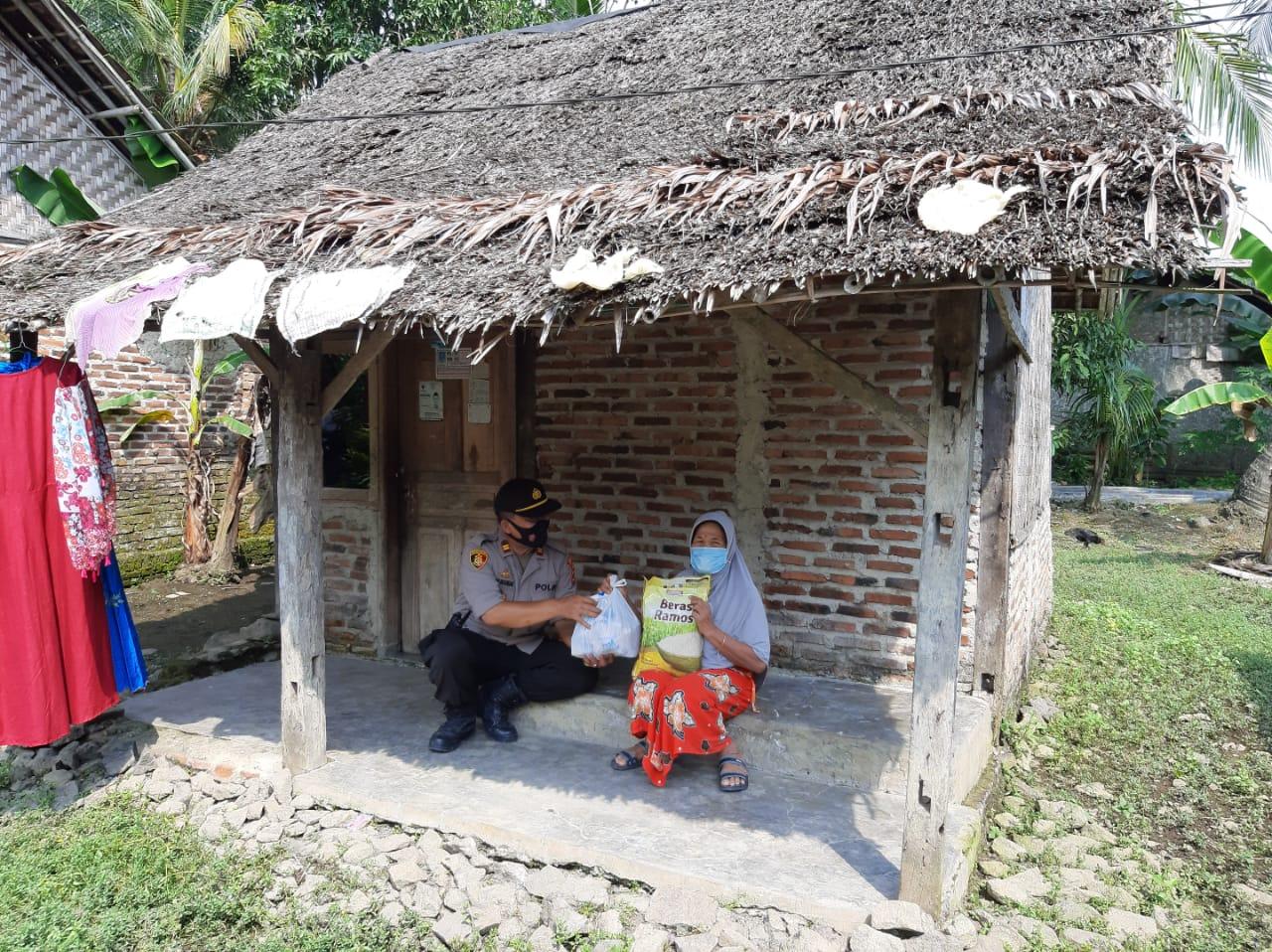 Gambar Peduli Masyarakat Dampak Covid-19, Polsek Padarincang Bagikan Bantuan Sembako 13
