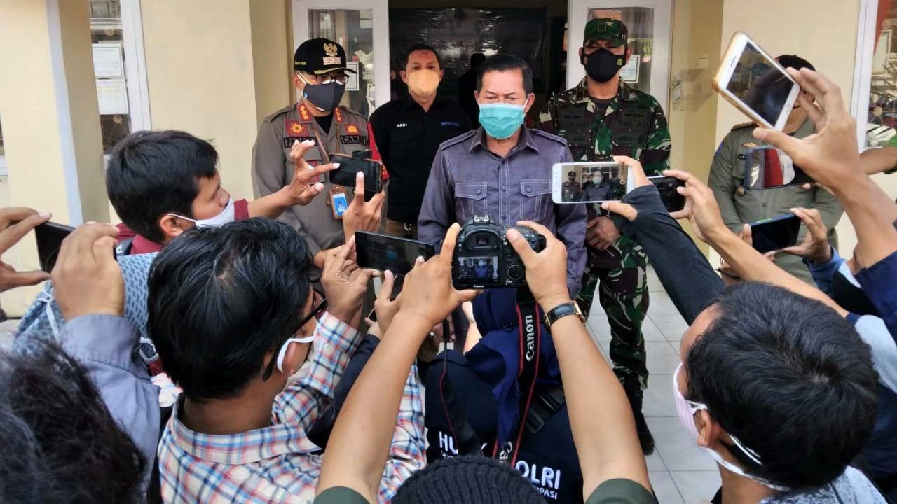 Gambar Panglima TNI, Kapolri Beserta Jajaran Kunjungi Kelurahan Serang Terkait Penanganan Covid-19 15