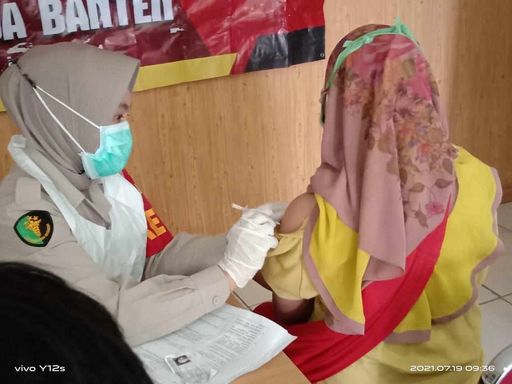 """Gambar Ratusan Warga Ikuti Vaksinasi Massal Yang Digelar Oleh Polres Serang Dengan Tajuk """"Respon Vaksinasi Polri"""" 1"""