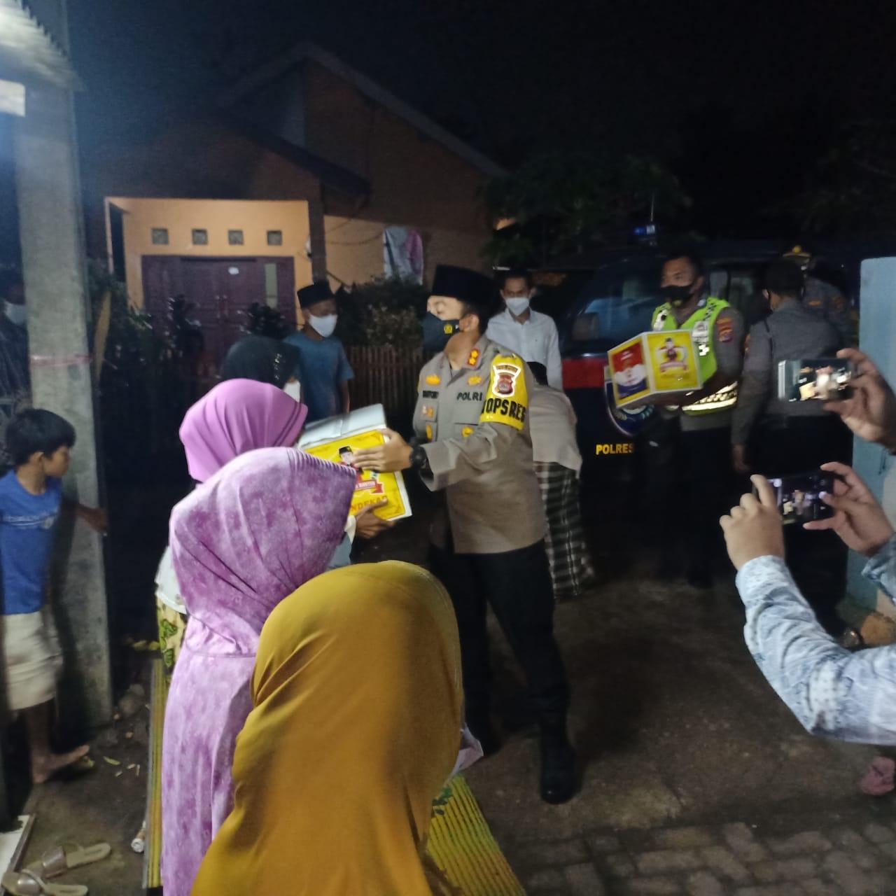 Gambar PPKM Darurat, Kapolres Serang Bagikan Sembako di Area Slum di Kampung Karang Jetak 11