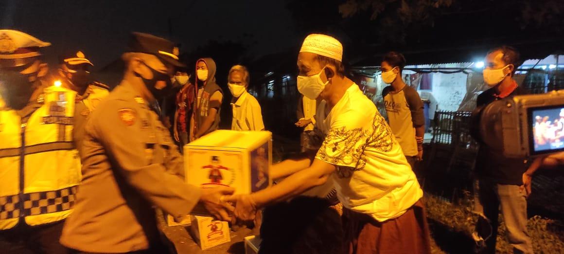 Gambar Kapolres Serang Bagikan Bansos PPKM Darurat Level 3 di Kecamatan Pontang 15