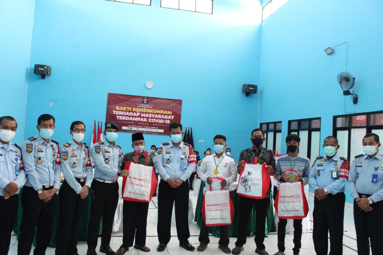 Gambar Disaksikan oleh Menteri Hukum dan HAM, Lapas Serang Serahkan Paket Bansos Kumham Peduli-Kumham Berbagi Kepada Masyarakat Terdampak Pandemi COVID-19 13