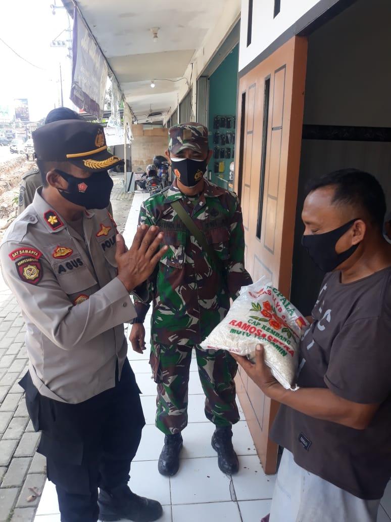 Gambar Polsek Cipocok Jaya Berikan Beras Kepada Pedagang UMKM 1
