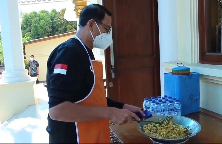 Gambar Ditengah Pandemi Covid-19, WH Contohkan Masak Nasi Goreng Sendiri di Rumah Dinas 1