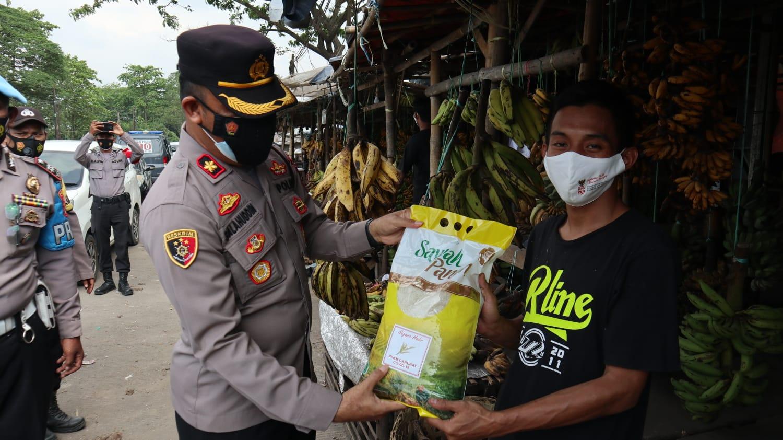 Gambar Kapolres Serang Bersama Pejabat Penting di Jajaran Polres Serang Blusukan Bagikan Beras Ke Masyarakat 13