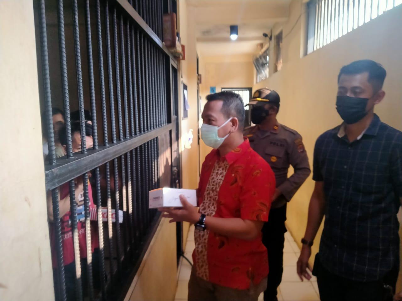Gambar Bakti Sosial, Polres Serang Kota Polda Banten Berikan 86 rice box KFC kepada Tahanan 17